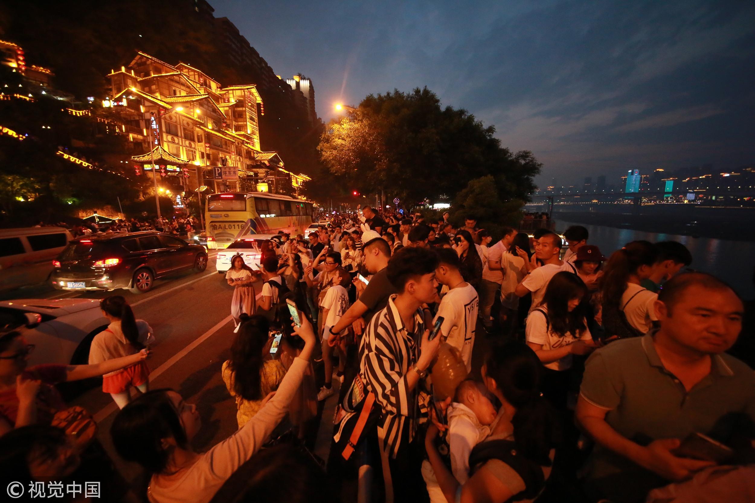 5月1日,重庆洪崖洞景区迎来客流高峰期,游客爆棚。.jpg